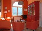 Salon aux couleurs chaudes de Provence, Vue sur les vignes et les oliviers