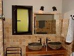 Vasques doubles en pierre, douche à l'italienne