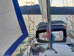 Nosso veleiro com as velas a todo pano. Velejar na Baía de Paraty é muito tranquila.