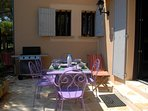 Terrasse en pierre entièrement équipée, barbecue/plancha, store et chiliennes