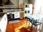 Cocina muy espaciosa con horno,microondas y lavavajillas.Desayuno: cafetera dolce gusto y tostadora