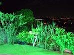 Noite iluminada com Leds verdes em frente o chalé