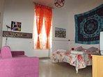 Ampia e luminosa camera da letto con letto matrimoniale e divanoletto matrimoniale