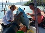 Casal pescando a bordo