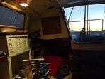 Interior do veleiro com a luz do fim da tarde