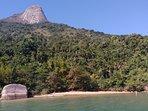 Praia deserta no Fiorde do Mamanguá com a montanha Pão de Açúcar onde existe uma trilha de acesso.