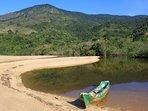 Lagoa de água doce e o lindo mar na Praia Grande da Cajaíba, roteiro de nossas aventuras a bordo...