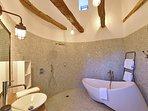 Salle de bain attenante avec baignoire et douche