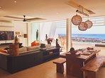 Le salon-terrasse avec la piscine d'eau salée à débordement et la vue sur le Golfe de Thailande.