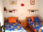 habitación con dos camas individuales en planta baja.