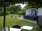 prieeltje met uitzicht op de tuin
