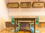 Mesa de cocina con sillas de diseño.