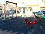 Parque infantil con columpios