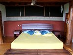La chambre principale vous offre un lit king....