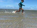 Criança brincado na Praia do Alto.