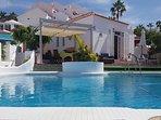 Localizada en una zona muy tranquila, con amplio solárium y piscina privada y vistas al mar