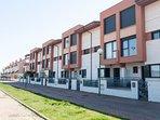 Acceso peatonal a la vivienda. Urbanización familar y barrio cómodo y tranquilo para tu estancia.