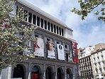 A unos pasos del Teatro Real.