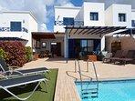 Preciosa terraza con piscina, zona de solarium, relax y comedor exterior.