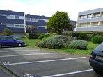 résidence avec espace vert et parking