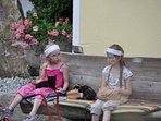 Kätzchen streicheln, die Lieblingsbeschäftigung unserer Kinder