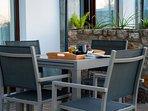 Terraza privada amueblada con mesas, sillas, tumbonas y sombrillas para que disfrutes del aire libre