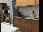 Cocina: plancha asar, tostador, microondas, tetera, cafetera, campana extractora y vitrocerámica