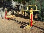 Parque infantil y de gimnasia cercano