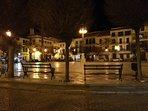 Foto nocturna de la plaza de San Fernando.