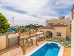 Vista aérea de la villa, la piscina y la terraza