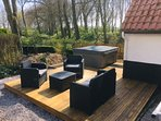 Terrasse avec jacuzzi au bord de l'eau