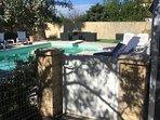 portillon d' acces à l espace piscine et détente