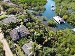 vue aérienne du bungalow, en bas, de la villa, au milieu,et de l'espace détente avec piscine,en haut