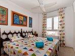 Dormitorio II: dos camas reclinables, ventilador de techo, armarios empotrables, etc