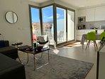 Vardagsrum och kök med utgång till terrassen