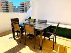 Matbord på terrassen. Här finns en utdragbar markis så att man kan sitta i skuggan