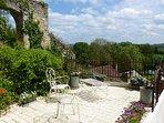La terrasse vue sur le Loir et sa vallée. Porte fortifiée à côté