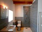 Salle de Bain et WC dans la Chambre