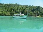 Do pier de Paraty Mirim partem embarcações para praias e ilhas e o imperdível Fiorde do Mamanguá