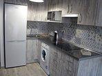 Hay horno microonda-grill, vitrocerámica, frigorífico combi, vajilla completa, lavadora y plancha.