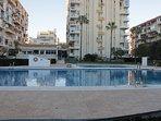 Tiene acceso a 4 piscinas grandes comunales para disfrutar del sol.