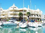 Puerto Marina, uno de los puertos más conocidos del mundo, está a menos de 2 kilómetros andando.