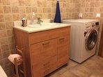 baño con lavadora/secadora