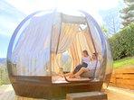 La sfera trasparente con pavimento riscaldato e letto futon