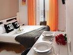 Habitación con cama doble y TV / Bedroom with doble bed and TV