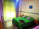 camera matrimoniale con letto aggiunto ,dotata di doppio guardaroba,tv,veranda