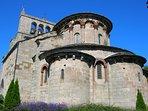 Eglise romane Saint-Michel du XIIe à St-Urcize avec son clocher à peignes typique