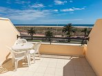 Terraza con vistas al faro, al mar y a la playa.