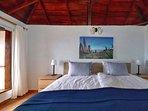Slaapkamer met een groot, 1,8 x 2,0 m, bed
