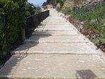 Les escaliers en calade qui mènent au centre du village